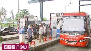 Dân tự ý đóng barie gây ùn tắc BOT Mỹ Lộc | VTC1