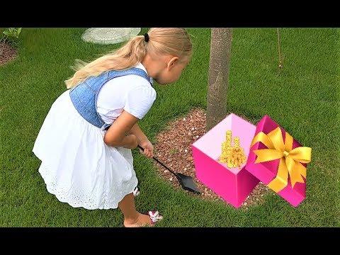 Алиса нашла КЛАД в саду под деревом !!! Игрушки и детские украшения с сюрпризами !
