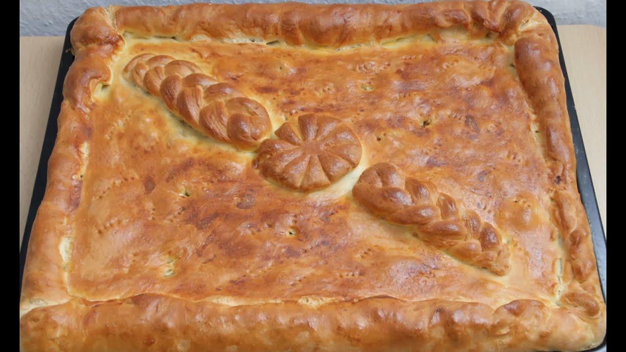 Поверх начинки уложить второй пласт теста и соединить оба пласта, защипив края по всему периметру пирога.
