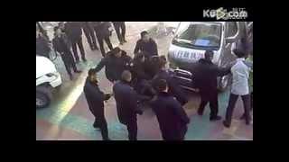 [內地黑社會打架]吉林前郭縣數城管暴力圍毆手機店主(已被河蟹) thumbnail