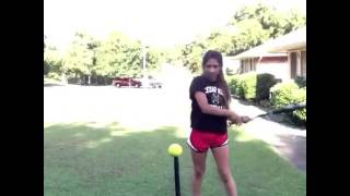 Девушка вытворяет трюки с бейсбольной битой