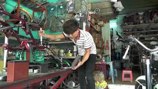 Một chiêc xe 3 bánh được hình thành từ đóng sắt vụn, mang hình thù con bọ cạp