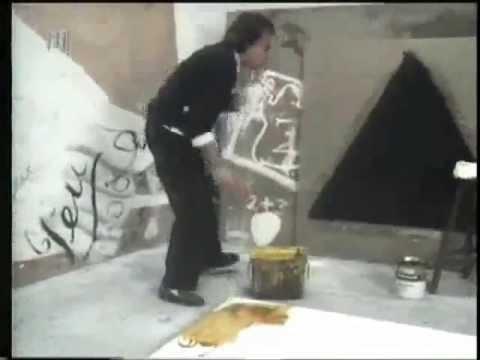 Antoni Tàpies pintando en su taller