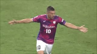 ルーカス ポドルスキ(神戸)が右サイドからのクロスボールを頭で流し込...
