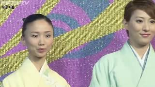 宝塚歌劇の専用劇場、宝塚大劇場で3枚あるうちの1枚の緞帳が新しくなり...