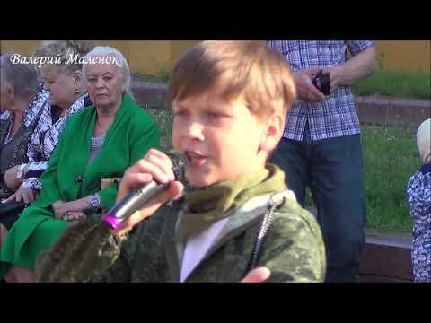 СУХАРИКИ! Мальчик красиво поет на улице! Music!