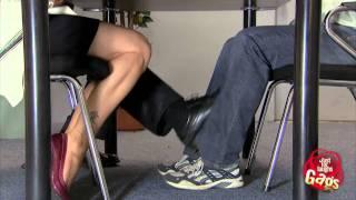Broma - Mujer bonita lo toca por debajo de la mesa