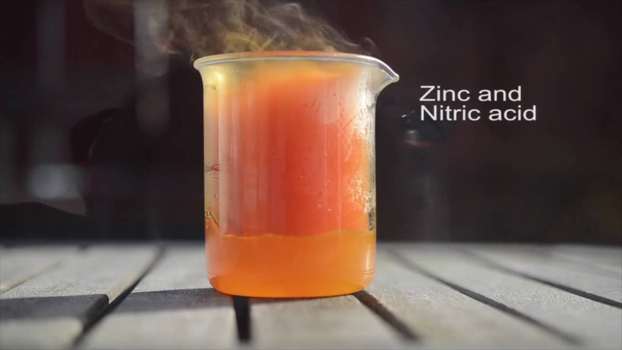 dissolving copper with nitric acid and Aka-penny operated nitric acid fountain nitric acid acts upon copper to yield nitric oxide in an exothermic reaction the expanding gas displaces water.