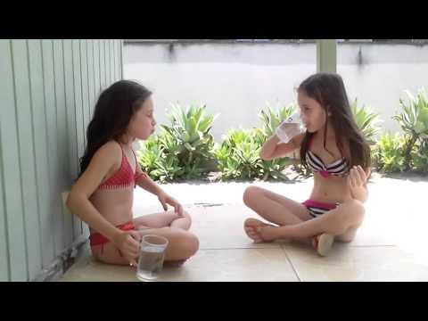 Vitória e Sofia - Desafio da água na cara