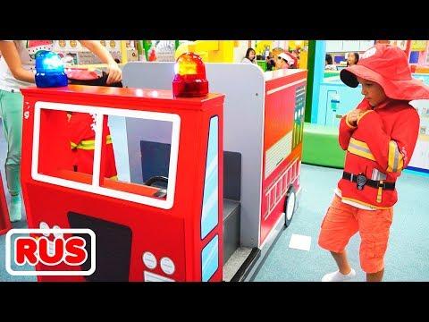 Влад и Никита играют в профессии в детском игровом центре