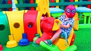Маленький Мальчик Человек Паук Играется на Детской Площадке