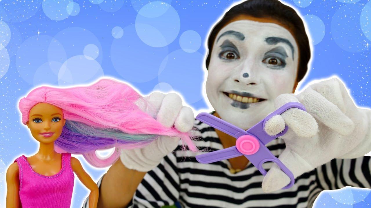 O novo trabalho da palhaça no salão de beleza! Novelinha de Barbie engraçada