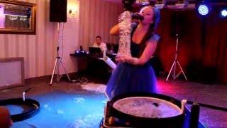 Шоу гигантских мыльных пузырей на свадьбе.
