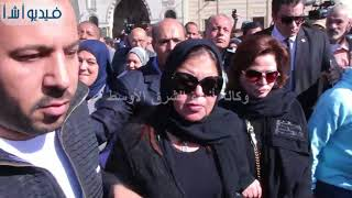 بالفيديو :  الحزن الشديد على الفنانه الهام شاهين وماجد فى جنازة الفنانه شادية