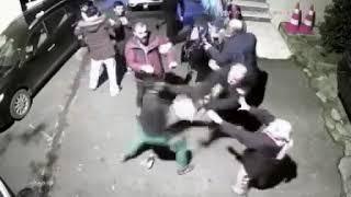 Beykoz'da süpürgeli sopalı park etme kavgası kamerada