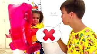 Nastya Artem và Mia quá nhỏ để nhảy trên tấm bạt lò xo
