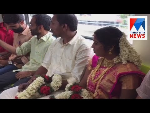Get Newly wedded couple gets attention in Kochi Metro   | Manorama News Snapshots