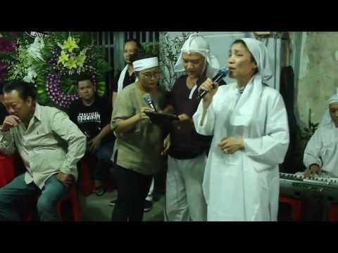 Hồng Ngọc hát Papa trong đám tang bố