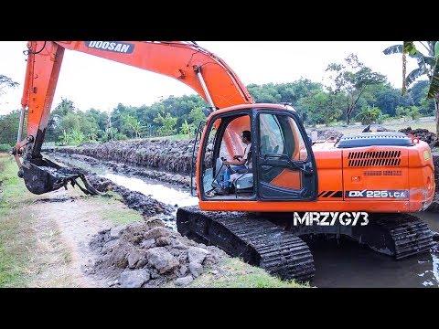 Big Digger Excavator Doosan DX225LCA Working