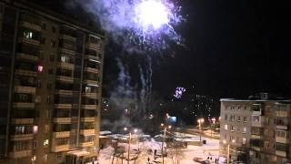 Салюты, фейерверки в Новый год 2013 с балкона 5го этажа(Салюты, фейерверки в Новый год 2013 с балкона 5го этажа. Сразу после боя курантов , я пошел на балкон смотреть..., 2013-10-29T14:06:35.000Z)