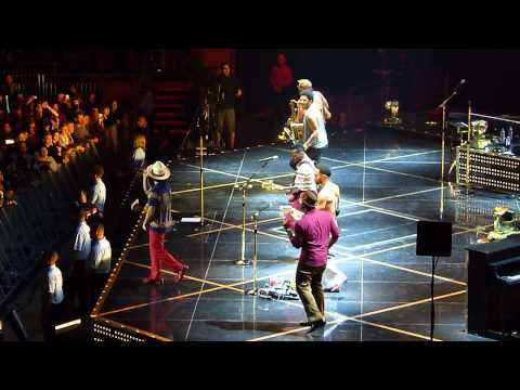 Bruno Mars 'Locked Out Of Heaven' live O2 Arena London 09.10.13 HD