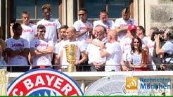 Robert Lewandowski Double-Gewinner und Torschützenkönig tanzt mit dem Pokal