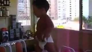 Brazilian baby dancing Samba - Bebe brasileño bailando Samba AMAZING!!