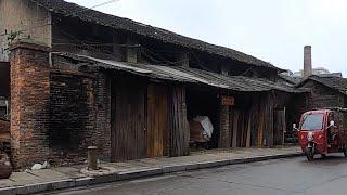 這邊還停留在五六十年代:住瓦房、喝地下水,橋洞裡還住著無家可歸者