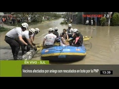 Policía retira en botes a pobladores de SJL afectados por aniego