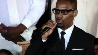 "R.Kelly performs at Whitney Houston Funeral ,"" I look to you"""