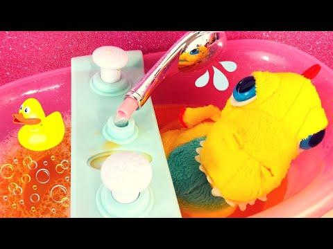 Il primo bagnetto del tirannosauro Terry! 🦖🛀 Con l'acqua tutta gialla e tante bollicine!