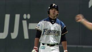 2回、日本ハム佐藤賢治が一塁側へバントを企図。しかし走塁時に送球を妨...
