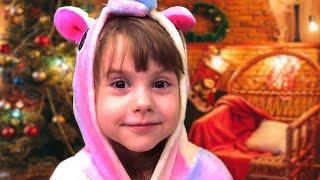 Эльф разносит подарки на рождество. Merry christmas and gifts