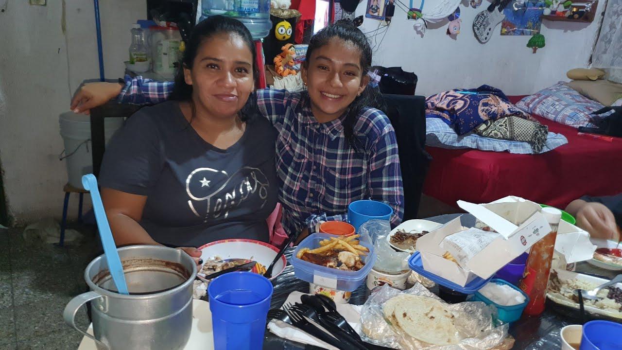 Asi Disfrutan Nohemi y su Mamá de una Comida Mexicana/en su mesa Nueva 😊