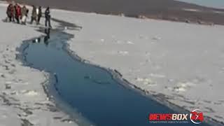 В районе бухты Аякс на острове Русском  оторвало льдину с рыбаками