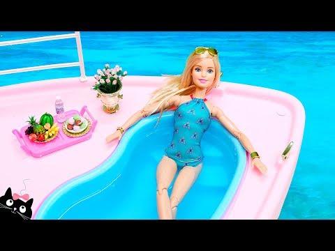 Смотреть Barbie Ken y sus Hermanas se bañan en la Piscina del Barco Crucero - Vacaciones Barbie Cat Juguetes онлайн
