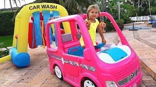 ديانا وبابا يتظاهران بلعب لعبة غسيل السيارات