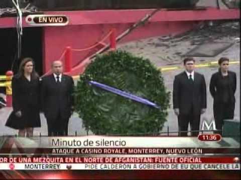 Felipe Calderón coloca una ofrenda en el casino Royale