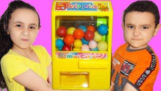 مريومة و أخوها يريدوا نفس ماكينة الحلويات !!