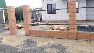 видео Забор из бетона и профнастила комбинированный, строительство и установка