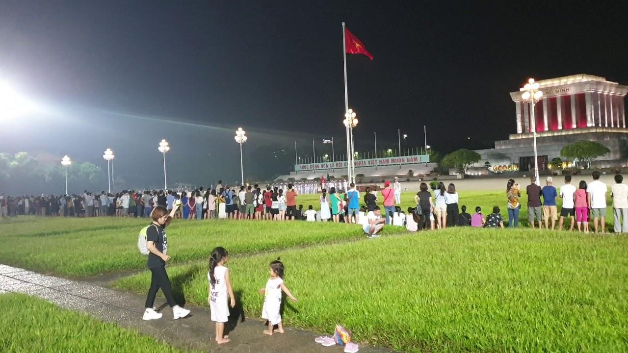 Minh Châu – Tuệ Mẫn tham gia buổi lễ Hạ cờ ở Lăng Bác