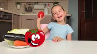 Маша показывает игрушки фрукты и овощи и называет их названия на английском языке