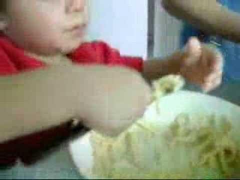 andy Rocha comiendo