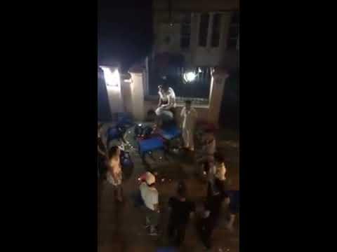 Bị  đánh hội đồng , thanh niên Hà Nội đỡ đòn cho bạn gái