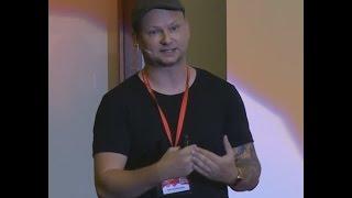 Paralelní životy aneb žijte život svůj ne život někoho jiného | Petr Skondrojanis | TEDxZlín
