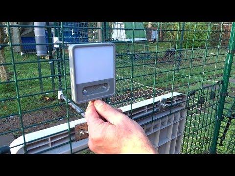 Une lampe associée à votre porte automatique. Encourage les poules à rentrer.