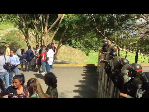 Familiares esperan junto a piquete de la GNB en el Cementerio del Este