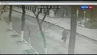 Камера сняла начало стрельбы у храма в Кизляре   Россия 24