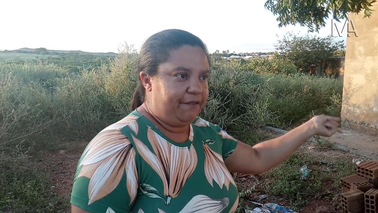 Moradora do Loteamento Moxotó denuncia acúmulo de mato e falta de saneamento básico