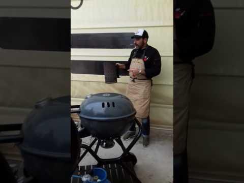 Preparazione del barbecue: come accendere la carbonella. Presso Borgogno Legno, chef Valter Beltrami